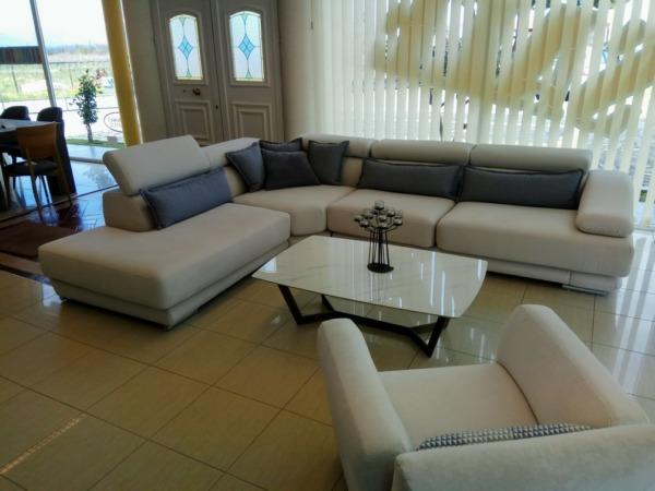 """σετ σαλονιού υφασμάτινος μπεζ γωνιακός καναπές σχήμα """"γ"""" με ασορτί πολυθρόνα και τραπεζάκι με βάση γρανίτη και ξύλινα πόδια"""