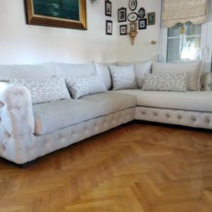 Γωνιακός υφασμάτινος καναπές λευκός Αναπαυτική γωνία με διπλές μαξιλάρες καθίσματος Έπιπλο Μπόζογλου