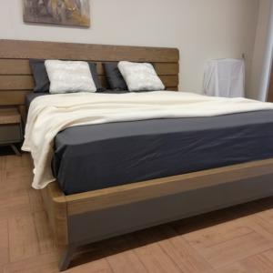 ξύλινο σετ κρεβατοκάμαρας κρεβάτι με ξύλινο κεφαλάρι και κομοδίνο με συρτάρι