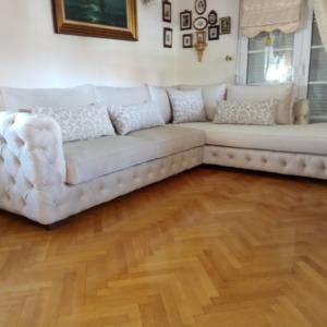 Λευκός πολυτελείς υφασμάτινος καναπές με ραφές καπιτονέ Έπιπλα Μπόζογλου