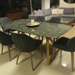 τραπεζαρία με επιφάνεια γρανίτη με ξύλινα πόδια και υφασμάτινες καρέκλες χωρίς χέρια και ξύλινα πόδια