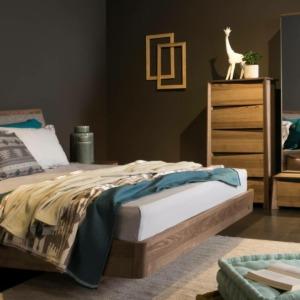 Υπνοδωμάτιο με ξύλινο σετ κρεβατοκάμαρας κρεβάτι συταριέρα κομοδίνο καθρέφτη και στρώμα