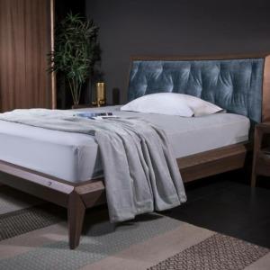 σετ ξύλινο κρεβάτι με κεφαλάρι με υφασμάτινο μαξιλάρι και ξύλινο κομοδίνο με συρτάρι και ράφι