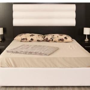 σετ κρεβατοκάμαρας υπέρδιπλο κρεβάτι με ξύλινη βάση σκέπασμα υφασμάτινο σετ ξύλινα κομοδίνα