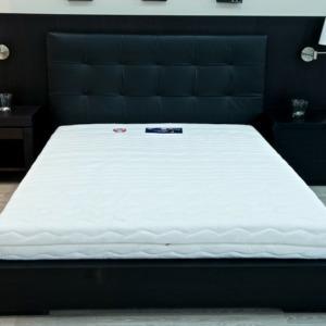 υπέρδιπλο κρεβάτι με μαύρη ξύλινη βάση και μαύρο δερμάτινο κεφαλάρι ασορτί μαύρα κομοδίνα