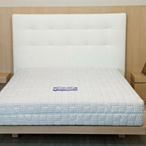 υπέρδιπλο κρεβάτι με άσπρο δερμάτινο κεφαλάρι και ξύλινη βάση