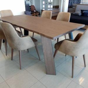 ξύλινο ορθογώνιο τραπέζι saga με βαμβακερές καρέκλες χωρίς χέρια και ξύλινα πόδια