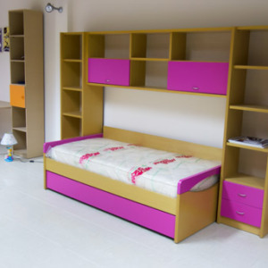 παιδικό εφηβικό δωμάτιο ξύλινο ροζ κρεβάτι και βιβλιοθήκη με ντουλάπια